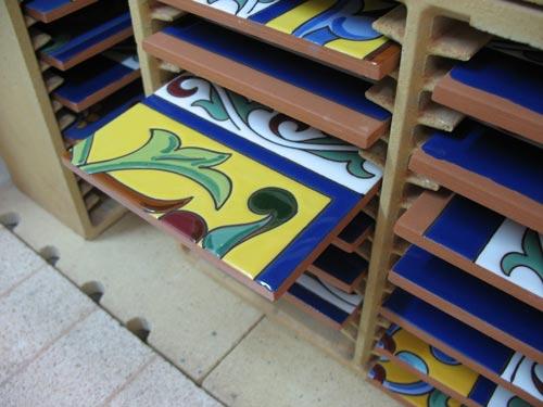 Azulejos terminados a la salida del horno