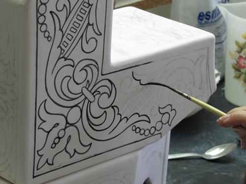 Perfilando una pieza de la fuente de cerámica
