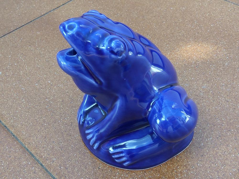 Rana de cerámica esmaltada en color azul.