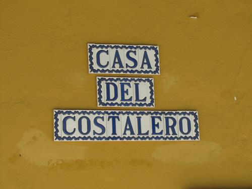 Rótulo confeccionado con letras de cerámica serie Mini Azul