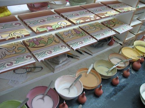 Mesa de trabajo para pintar azulejos